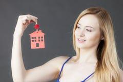 Chiave della tenuta della donna con il simbolo della casa Fotografie Stock Libere da Diritti