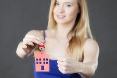 Chiave della tenuta della donna con il simbolo della casa Fotografia Stock Libera da Diritti