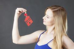 Chiave della tenuta della donna con il simbolo della casa Immagine Stock Libera da Diritti