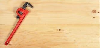 Chiave di alligatore su fondo di legno Immagini Stock Libere da Diritti