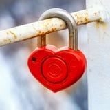 Chiave di catenaccio rossa del metallo da cuore di amore Fotografia Stock Libera da Diritti