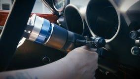 Chiave di inserimento della mano del ` s della persona all'automobile di inizio fotografia stock libera da diritti