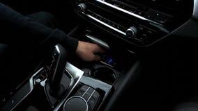 Chiave digitale dell'automobile dell'uomo video d archivio