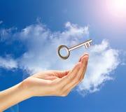 Chiave dorata che vola al cielo Fotografia Stock Libera da Diritti