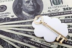 Chiave dorata e soldi Fotografia Stock Libera da Diritti