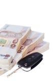 Chiave e banconote dell'automobile, isolate su fondo bianco Fotografia Stock