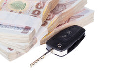 Chiave e banconote dell'automobile, isolate su fondo bianco Immagine Stock