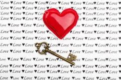 Chiave e cuore sopra carta con il fuoco sulla chiave Fotografia Stock Libera da Diritti
