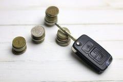 Chiave e moneta dell'automobile su fondo Immagini Stock Libere da Diritti