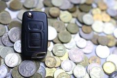 Chiave e moneta dell'automobile su fondo Fotografia Stock