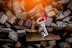 Chiave e nastro con la pila di legna da ardere secca jpg Immagine Stock