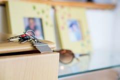 Chiave e sunglass su una cima di vetro, nuovo concetto domestico Fotografia Stock Libera da Diritti