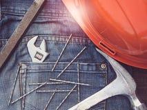 Chiave inglese, annata, jeans alla moda e chiodi fotografia stock