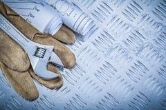 Chiave inglese di cuoio dei disegni di ingegneria dei guanti protettivi Fotografie Stock Libere da Diritti