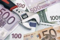 Chiave inglese sulle euro banconote Fotografia Stock Libera da Diritti