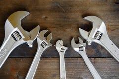 Chiave o chiave inglese su terra posteriore di legno, attrezzi per bricolage di base immagini stock