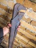 Chiave registrabile La mano maschio tiene la chiave della chiave fotografie stock