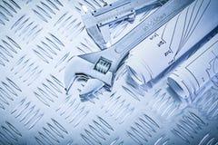 Chiave regolabile del calibro del tramaglio dei disegni di costruzione sul groo Fotografie Stock