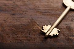 Chiave su un fondo di legno Fotografia Stock Libera da Diritti