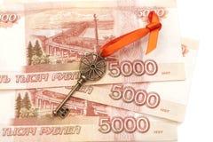 Chiave a successo con l'arco rosso su 5000 banconote della rublo russa Immagine Stock