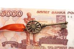 Chiave a successo con l'arco rosso sulla banconota della rublo russa 5000 Immagini Stock Libere da Diritti