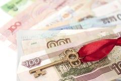 Chiave a successo su soldi internazionali Fotografia Stock