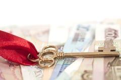 Chiave a successo su soldi internazionali Immagini Stock Libere da Diritti