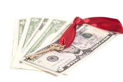 Chiave a successo sulle banconote del dollaro Immagine Stock