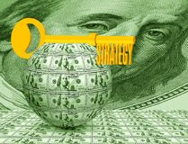 Chiave sulla palla del primo piano dei soldi Simbolizza l'affare, i soldi, l'idea, strategia fotografie stock