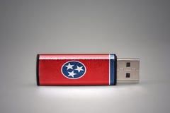 Chiavetta USB con la bandiera dello stato del Tennessee su fondo grigio immagini stock libere da diritti
