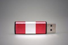 Chiavetta USB con la bandiera nazionale del Perù su fondo grigio fotografia stock