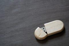 Chiavetta USB con superficie di legno sullo scrittorio per il computer portatile alimentabile del computer della porta USB per i  Fotografie Stock Libere da Diritti