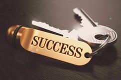 Chiavi al concetto di successo su Keychain dorato Immagine Stock Libera da Diritti