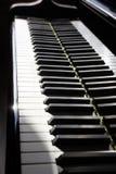 Chiavi alte vicine del piano Primo piano della tastiera di pianoforte a coda immagine stock libera da diritti