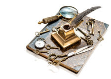 Chiavi antiche, orologio da tasca, penna, lente di ingrandimento, libro Fotografia Stock Libera da Diritti