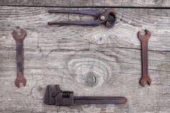 Chiavi arrugginite e vecchi strumenti Fotografia Stock