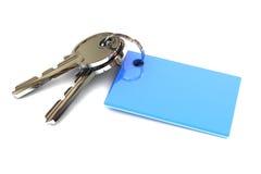Chiavi con un anello portachiavi blu in bianco Immagine Stock