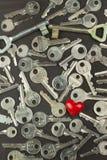 Chiavi d'argento su un bordo di legno scuro Tipi differenti di tasti Tasto al cuore Simbolo di amore Fotografia Stock Libera da Diritti