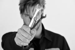 Chiavi del meccanico Meccanico o idraulico con l'attrezzatura delle chiavi a disposizione Fotografia Stock