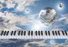 Chiavi del piano, la tastiera nel cielo con le nuvole intorno al globo fotografia stock libera da diritti