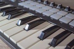 Chiavi del primo piano della tastiera del Midi Fotografie Stock Libere da Diritti