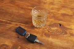 Chiavi dell'alcool su fondo di legno fotografie stock