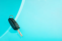Chiavi dell'automobile su fondo blu Fotografia Stock