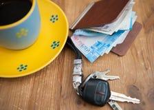Chiavi dell'automobile, tazza di caffè e portafoglio fotografie stock libere da diritti