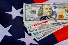 Chiavi della bandiera degli Stati Uniti d'America su fondo di soldi Concetto che compra o che affitta a casa Fotografia Stock Libera da Diritti