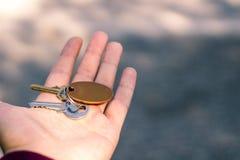 chiavi della proprietà su una fine della mano su fotografia stock libera da diritti