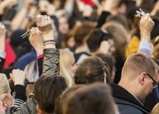 Chiavi di squillo della gente sulla dimostrazione sul quadrato di Praga Wenceslas contro il governo e il Babis correnti Fotografia Stock