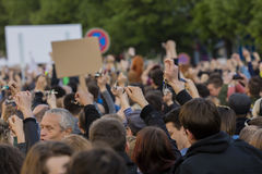 Chiavi di squillo della gente sulla dimostrazione sul quadrato di Praga Wenceslas contro il governo e il Babis correnti Immagini Stock Libere da Diritti