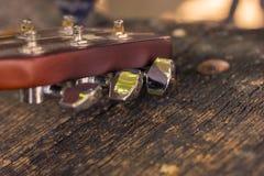 Chiavi di tornitura della chitarra del primo piano Immagine Stock