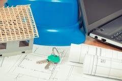 Chiavi domestiche, casetta, diagrammi elettrici con il computer portatile per i lavori dell'ingegnere, concetto domestico di cost Fotografie Stock Libere da Diritti